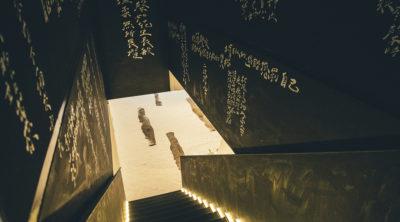 階梯過道以隧道感呈現,文字藝術家—《今晚我是手》在閱讀了一百多封信件後,於兩側手寫呈現了多句文字,隨著時間的滴答滴答聲,腳步兩旁的燈光引領前行的感覺,盡頭處明亮而開闊。